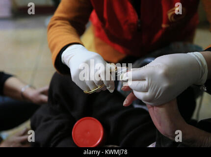 (180104) -- BEIJING, Jan. 4, 2018 (Xinhua) -- A staff worker trims nails for the 78-year-old Zhu Aiying at a nursing - Stock Photo