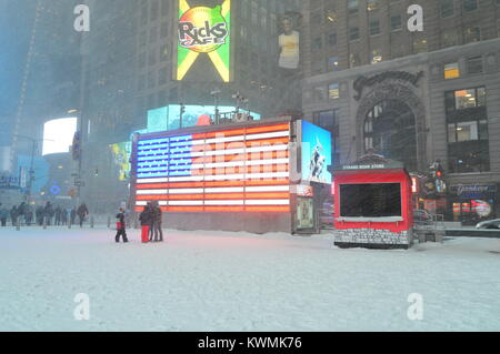 New York, NY, USA January 4, 2018 a major snow storm hits New York City Credit: James Kirkikis/Alamy Live News - Stock Photo