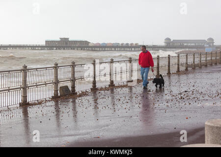 Hastings, East Sussex, UK. 4th January 2018. The tide has come in and the sea is raging creating large waves crashing - Stock Photo