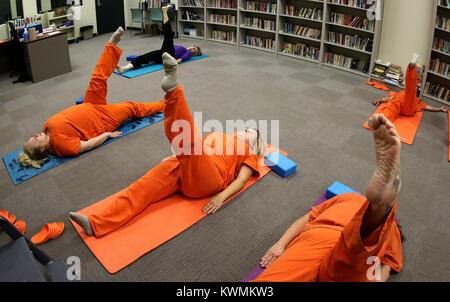 Davenport, Iowa, USA. 11th Oct, 2017. Inmates in the Scott County Jail work with yoga instructor Joan Marttila, - Stock Photo