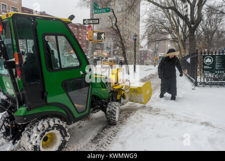 New York, USA. 4th Jan, 2018. New Yorkers trudge through the first snowstorm of  2018. The New York City Parks Department - Stock Photo