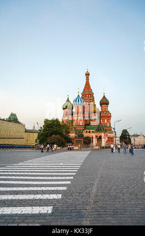 The iconic Russian Orthodox St Basil's Cathedral (Cathedral of Vasily the Blessed) with its multi-coloured domes, Red Square, Moscow Stock Photo