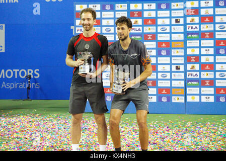 Pune, India. 6th January 2018. Matwe Middelkoop and Robin Haase of the Netherlands, the doubles winners, pose with - Stock Photo