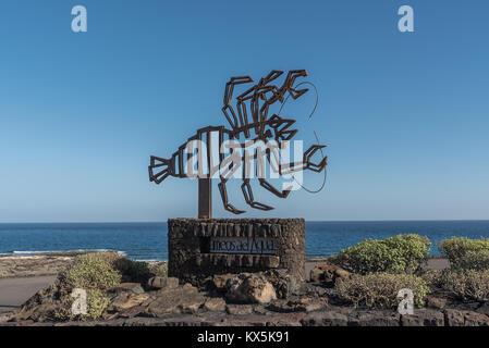 Skulptur eines Krebses aus Bronze von César Manrique vor den Jameos del Agua in Haria auf Lanzarote mit Blick auf - Stock Photo