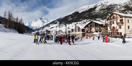 LANSLEVILLARD, FRANCE - DECEMBER 31, 2017 : Groups of skiers and ski school instructors gathered on the the lower - Stock Photo