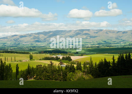 Stunning landscape from State Highway 79 (Fairlie-Geraldine road) looking west to mountain range with lush fields, - Stock Photo