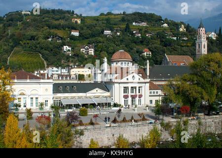 Italien, Südtirol, Meran, Kurhaus an der Passerpromenade, rechts der Turm der spätgotischen Stadtpfarrkirche St. - Stock Photo