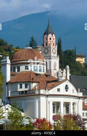 Italien, Südtirol, Meran, Kurhaus an der Passerpromenade und der Turm der spätgotischen Stadtpfarrkirche St. Nikolaus - Stock Photo