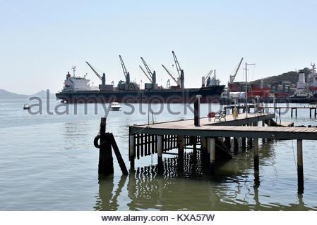 Navio graneleiro no porto da Baía da Babitonga, São Francisco do Sul, Santa Catarina, Brazil, 08/2017 - Stock Photo