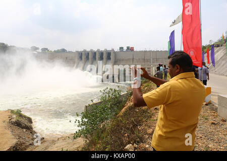 Sri Lanka. 08th Jan, 2018. Sri Lanka. 08th Jan, 2018. A visitor taking a selfie during the opening ceremony of The - Stock Photo