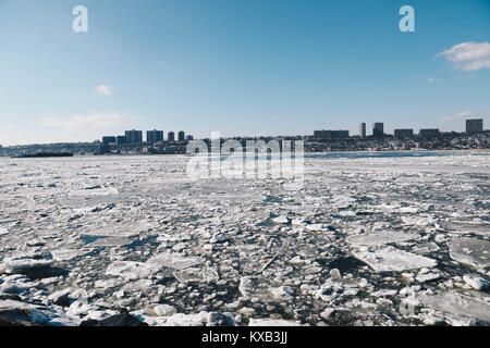 Manhattan, USA. 9th Jan, 2018. Large amount of ice is seen thawing on the Hudson River near the George Washington - Stock Photo