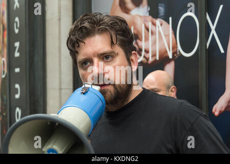 Tarpaulin Simonw (simon Morris) speaks at the 48 hour protest by Occupy aimed at getting the Daily Mail to end its - Stock Photo
