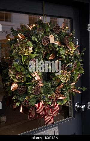 UK, England, Cheshire, Nantwich, Hospital Street, festive Christmas wreath on shop door - Stock Photo