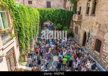 Tourists in the courtyard, House of Julia, Casa di Giulieta, Via Cappello, Verona, Veneto, Italy