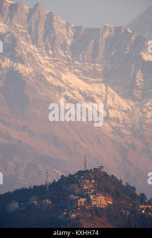 View of Sarankot dwarfed by the Annapurna mountains in the background, Neapl - Stock Photo