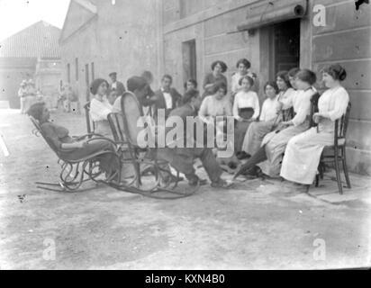 Baldomer Gili Roig. Gent conversant al carrer (Tarragona), c.1900 - Stock Photo