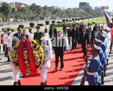 Phnom Penh, Cambodia. 11th Jan, 2018. Chinese Premier Li Keqiang lays a wreath at the Statue of King Father Norodom - Stock Photo