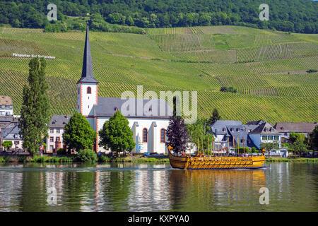 'Stella Noviomagi', replica of a roman wine ship on Moselle river, church St. Michael, Piesport, Moselle, Rhineland - Stock Photo