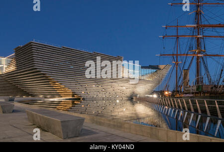 The V&A design museum has been sited next to the RRS Discovery as part of the waterfront development scheme in Dundee, - Stock Photo