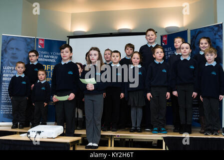 Llanystumdwy, Gwynedd, UK. 12th Jan, 2018. UK. Children from Llanystumdwy primary school welcome the RAF, the Lord - Stock Photo
