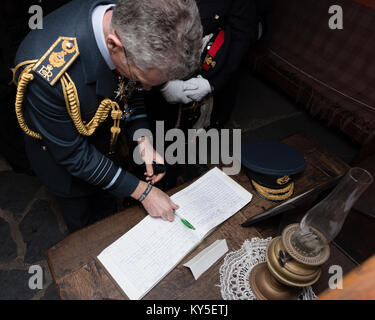 Llanystumdwy, Gwynedd, UK. 12th Jan, 2018. UK. The Chief of the Air Satff, Sir Stephen Hillier, signs the visitors - Stock Photo