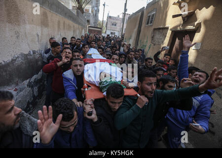 Relatives and mourners carry the body of 32-year-old Palestinian fisherman Abdullah Ramadan Zidan, during his funeral - Stock Photo