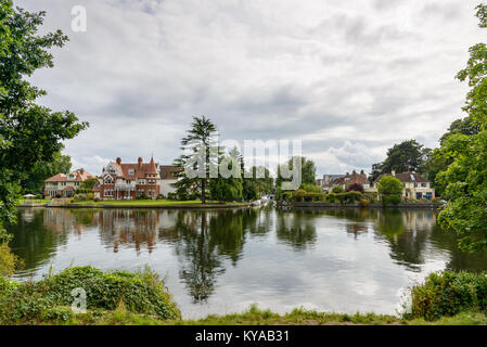 River Thames and houses by the river in Teddington, Greater London. - Stock Photo