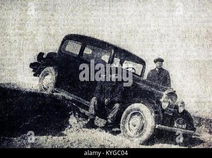 Rallye Monte Carlo 1934, le français Chazel futur 15e sur Peugeot, ici en Grèce avec son mécanicien Vassil Thodorov - Stock Photo