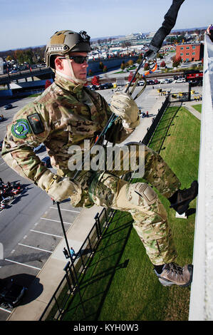 Staff Sgt. Adam Becker, a pararescueman from the Kentucky Air National Guard's 123rd Special Tactics Squadron, rappels - Stock Photo