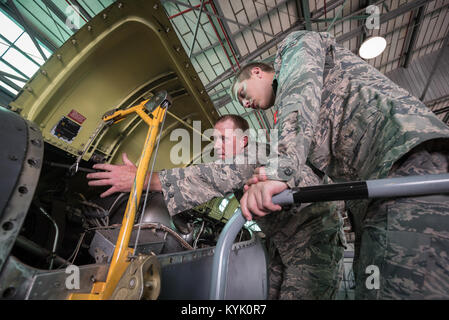 U.S. Air Force Tech. Sgt. Patrick Howard (left), and electrician from the Kentucky Air National Guard's 123rd Airlift - Stock Photo