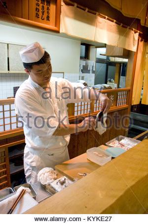 Kyoto. Seuls les chefs agrees peuvent cuisiner le fugu et il faut eviter de couper les intestins et le foie du poisson - Stock Photo