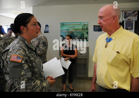 Kentucky Army National Guard Sgt. 1st Class Gina Vaile talks with Congressional Medal of Honor recipients Don Jenkins, - Stock Photo