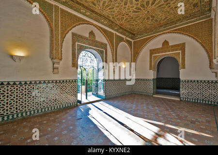 ALCAZAR SEVILLE SPAIN ISLAMIC ART IN TILED WALLS AND DECORATED CEILINGS WITHIN A ROOM OF THE PALACE - Stock Photo