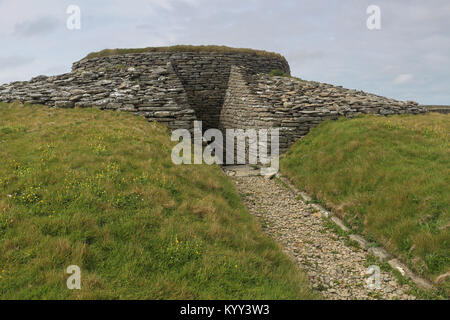 The huge chambered Quoyness cairn on Sanday, Orkney is 5000 years old, built of drystone construction,has a central - Stock Photo