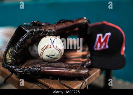 Detalle de gorra de Venados, Gante de beisbol y pelota (Costuras) de Mazatlan, lineup naranjeros , durante las aciones - Stock Photo