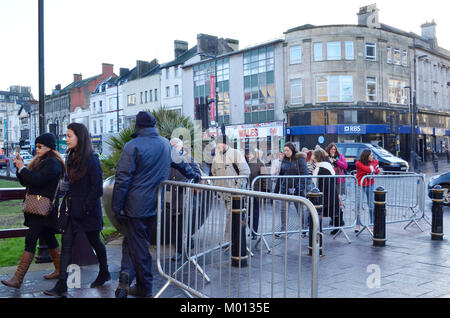 Cardiff, UK. 18th Jan, 2018. Memebers of the public are let into Cardiff Castle ahead of Prince Henry of Wales and - Stock Photo