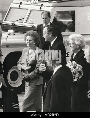 Margaret Thatcher greets George Bush senior and first lady Barbara at Heathrow airport, 1989. - Stock Photo