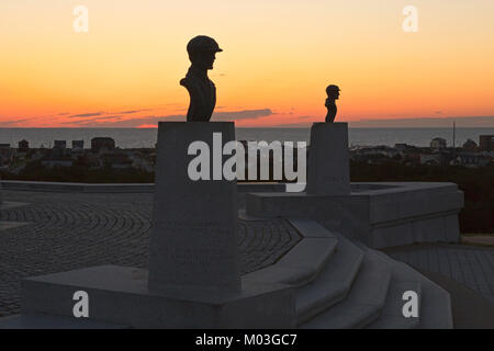 NC01334-00...NORTH CAROLINA - Sunrise over the Atlantic Ocean behind the busts of Orville and Wilbur Wright at the - Stock Photo