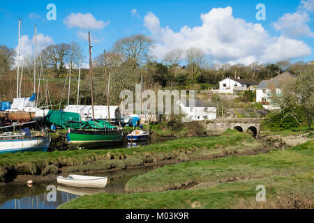 the riverside village of gweek at the head of the helford river near helston in cornwall, england, britain, uk. - Stock Photo