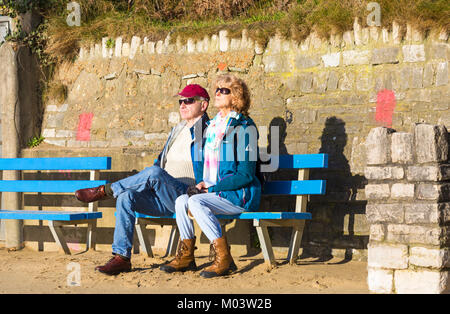 Bournemouth, Dorset, UK. 18th Jan, 2018. UK weather: a lovely sunny day at Bournemouth beach. Couple enjoy the sunshine - Stock Photo