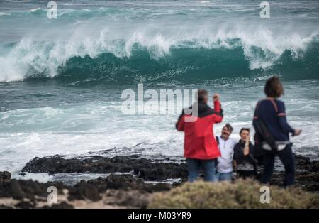 Lanzarote, Spain. 18th Jan, 2018. People observe the waves crashing in Lanzarote, Canary Islands, Spain, 18 January - Stock Photo