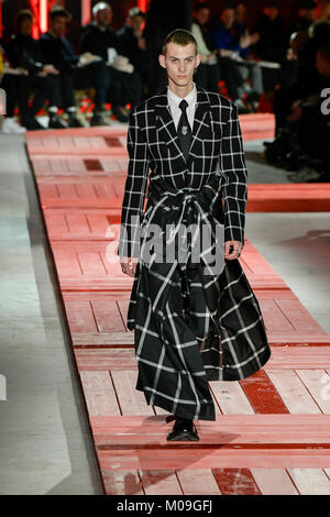 Paris, France. 19th Jan, 2018. A model presents creations of Alexander McQueen for its 2018-19 autumn/winter collection - Stock Photo