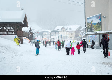 The scene at the top of the cable car above Canezei, at Belevedere, as the snow comes down. A few intrepid skiers - Stock Photo