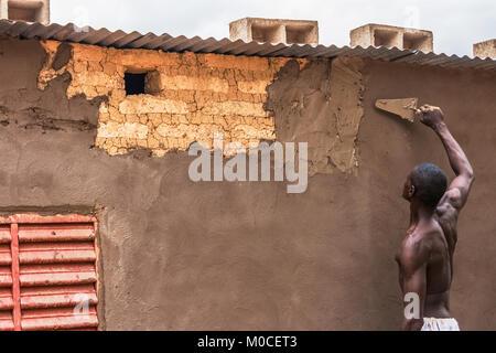 An african bricklayer working on a wall, Ouagadougou, Burkina Faso. - Stock Photo