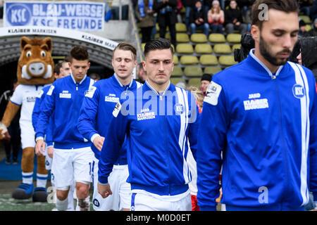 Einmarsch der Spieler: withte: Marcel Mehlem (KSC).  GES/ Fussball/ 3. Liga: Karlsruher SC - SpVgg Unterhaching, - Stock Photo