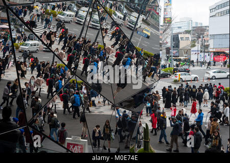 31.12.2017, Tokyo, Japan, Asia - Pedestrians are reflected in the mirrored entrance of the Tokyu Plaza Omotesando - Stock Photo