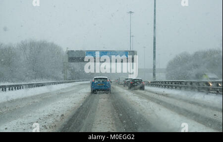 M8, Glasgow, Scotland, United Kingdom, 21st January 2018. Very difficult driving conditions on the M8 in heavy snow - Stock Photo