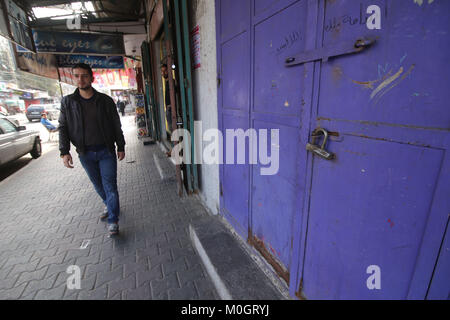 Gaza. 22nd Jan, 2018. A Palestinian passes by a closed bank in the southern Gaza Strip city of Rafah, during a commercial - Stock Photo