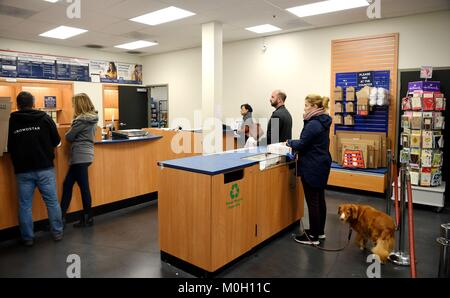San Francisco, USA. 22nd Jan, 2018. Customers wait for their turns for postal service at a post office which is - Stock Photo