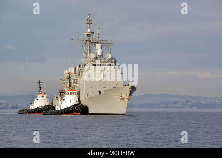 The U.S. Navy Ticonderoga-class guided-missile cruiser USS Leyte Gulf arrives at the Marathi NATO Pier Facility - Stock Photo